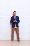 使用手机智能手机社会网络通信的年轻商人 图库摄影
