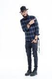 Усмехаясь бородатый африканский человек в шляпе и стеклах указывая прочь Стоковая Фотография