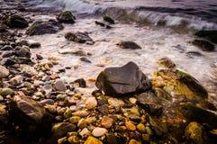 五颜六色的岩石岸 免版税库存图片