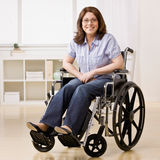 残疾膝上型计算机坐的妇女 图库摄影