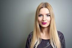 η φωτεινή μόδα κάνει πρότυπο Πορτρέτο της νέας γυναίκας μόδας με τα μακριά ξανθά μαλλιά Στοκ Εικόνες