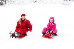 母亲和女儿在冬天 免版税库存图片