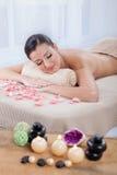 Молодая, красивая и здоровая женщина в салоне курорта Стоковое Изображение RF