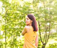 年轻美丽的妇女画象春天开花树的 免版税库存照片