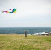 使用与在海滩的一只风筝的孩子 免版税库存图片