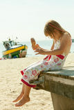 Ребенк маленькой девочки есть мороженое на пляже Лето Стоковое Изображение