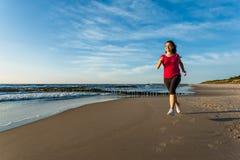 Девушка бежать на пляже Стоковые Фото