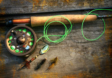 钓鱼飞行生动描述人造偏光板标尺木头 库存照片