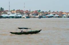 在穆西河的小船在巴邻旁,苏门答腊,印度尼西亚 库存照片