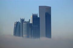 雾围拢的摩天大楼大厦 免版税图库摄影