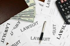 形式诉讼在桌上 免版税库存图片