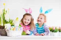 在家庆祝复活节的孩子 免版税库存照片