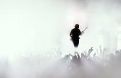 摇滚乐音乐会的吉他弹奏者 免版税库存图片