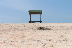 在海滩的海滩机盖 图库摄影