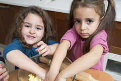 混合面团的女孩与手 免版税库存图片