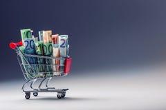 充分购物台车欧洲金钱钞票-货币 花费金钱的符号例子在商店或者有利购买 库存照片