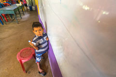 教训的孩子在项目柬埔语的学校在被剥夺的区域哄骗关心帮助被剥夺的孩子与教育 免版税库存照片