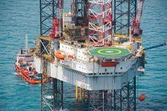 τρυπώντας με τρυπάνι παράκτια εγκατάσταση γεώτρησης πλατφορμών πετρελαίου Στοκ Φωτογραφία