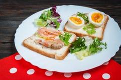 三明治用虾,鸡蛋,蓬蒿,沙拉,在木背景的面包 可口冷的快餐 素食的饭食 吃健康 免版税库存照片