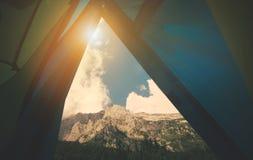 山从帐篷野营的入口的风景视图 免版税库存照片