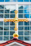 Όμορφος χρυσός σταυρός στη στέγη του ναού Στοκ Εικόνα