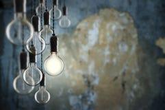 想法和领导概念在墙壁背景的葡萄酒电灯泡 免版税图库摄影
