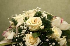 玫瑰美丽的婚礼花束与圆环的关闭  免版税库存照片