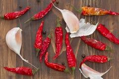 大蒜和红辣椒在黑褐色背景 免版税库存图片