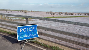 警察路闭合的标志水灾地区 免版税库存图片