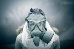 环境灾害 妇女呼吸的低谷防毒面具,健康处于危险中 污染的概念 库存图片