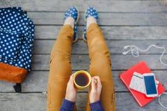 年轻行家女孩有室外茶的时光 免版税库存图片