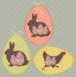 葡萄酒复活节卡片用鸡蛋、兔宝宝和鸡 免版税库存照片