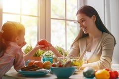 享受家庭晚餐 图库摄影