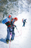到达山顶的小组登山人 尼泊尔 免版税库存照片