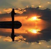 一位渔夫的反射在水中 库存图片