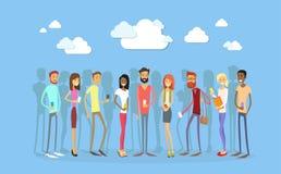 与聪明的手机社会网络通信的学生团体 库存照片