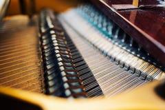 大平台钢琴串的内部部分 免版税库存图片