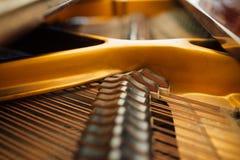 大平台钢琴串的内部部分 图库摄影