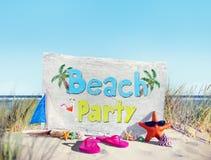 Концепция песка раковины тапочки солнечных очков морских звёзд партии пляжа Стоковое Изображение