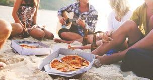 Концепция пляжа воссоздания летних каникулов друзей Стоковые Изображения