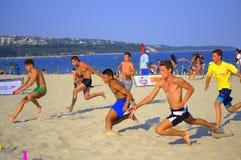 赛跑在海滩的男孩 免版税库存图片