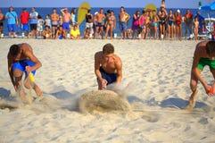 赛跑在海滩的男孩 免版税图库摄影