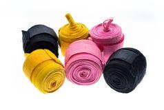 在白色或绷带隔绝的不同的颜色拳击套 免版税库存图片