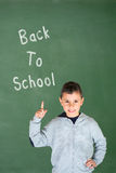指向他的手指的小男孩:回到学校 库存图片