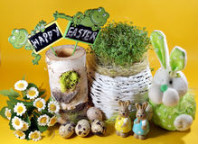 新鲜的水芹和兔子和复活节彩蛋 库存照片