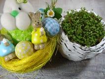 新鲜的水芹和兔子和复活节彩蛋 免版税库存照片