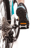 关闭背面图骑自行车者踩的踏板的登山车 库存照片