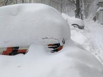 在雪,自然灾害冬天,飞雪下的汽车,大雪麻痹了城市,崩溃 积雪旋风欧洲 免版税库存照片