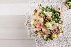 玫瑰和小苍兰美丽的婚礼花束与鞋带在白色木背景、背景华伦泰的或婚礼之日 库存照片