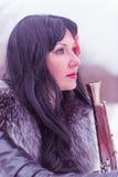 Θηλυκός ληστής με ένα πυροβόλο όπλο Στοκ εικόνα με δικαίωμα ελεύθερης χρήσης